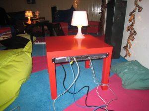 Stolik Lack z oferty IKEA w nowym zastosowaniu datacenter-in-the-living-room